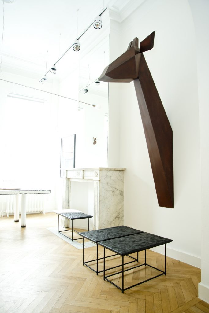 Giraffe, corten steel sculpture by Fabian von Spreckelsen Mer Noire - Cliff edition, coffee tables in leather, steel, broken marble and Blanc Cassé Table by Damien Gernay